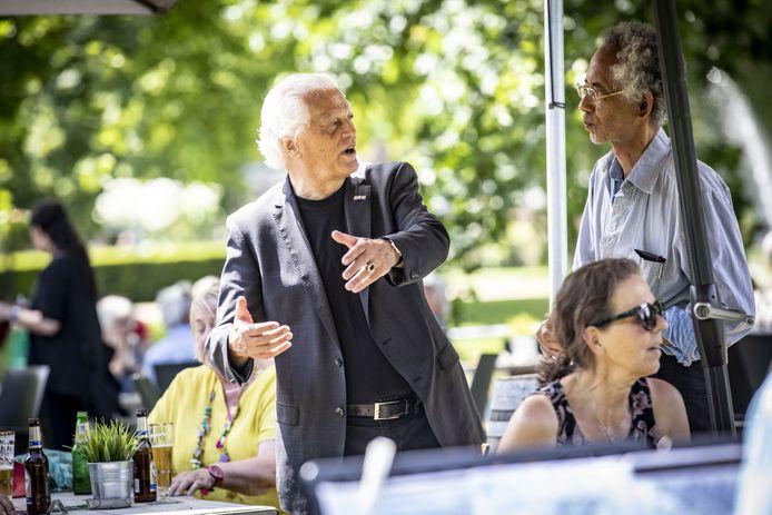 Pier van Dijk (midden) op zijn feestje. Maar, of hij zich voor altijd terugtrekt en geen comeback maakt, is de vraag....