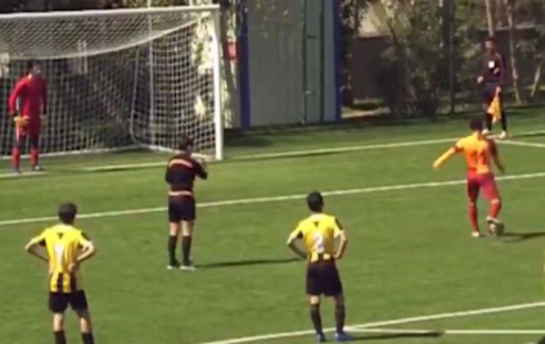 Almazbekov trapte de bal met opzet naast doel.