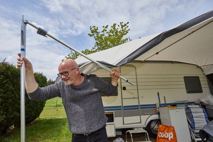 Het leed dat kamperen heet! Tijdens het pinksterweekend zijn vele gasten van de camping gespoeld door het slechte weer. Campinggast Erik Kluin uit Stadskanaal breekt op tijd de voortent af om morgen weer naar huis te keren.