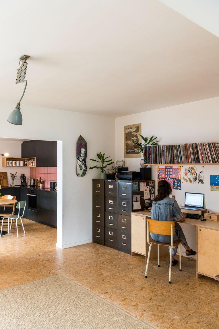 Wonen, werken, spelen en koken: in de open leefruimte loopt alles organisch in elkaar over. Het interieur is een bont allegaartje van tweedehandsspullen en handgemaakte meubels uit het atelier van Hannemans.  Beeld Luc Roymans
