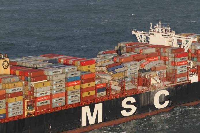 De MSC Zoe gefotografeerd een dag na de ramp met de overboord geslagen containers.