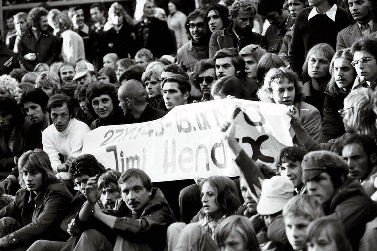 Sovjet-hippies verenigen zich onder een Jimi Hendrix-spandoek. Beeld Tõnu Tormis