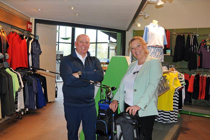 Eigenaren Jonathan Willis en Karen van Heumen in hun gloednieuwe golfstore.