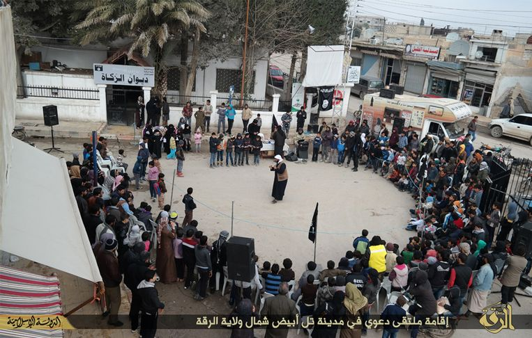Een IS-militant spreekt de jeugd toe in Tel Abyad in de provincie Raqqa. Beeld AP