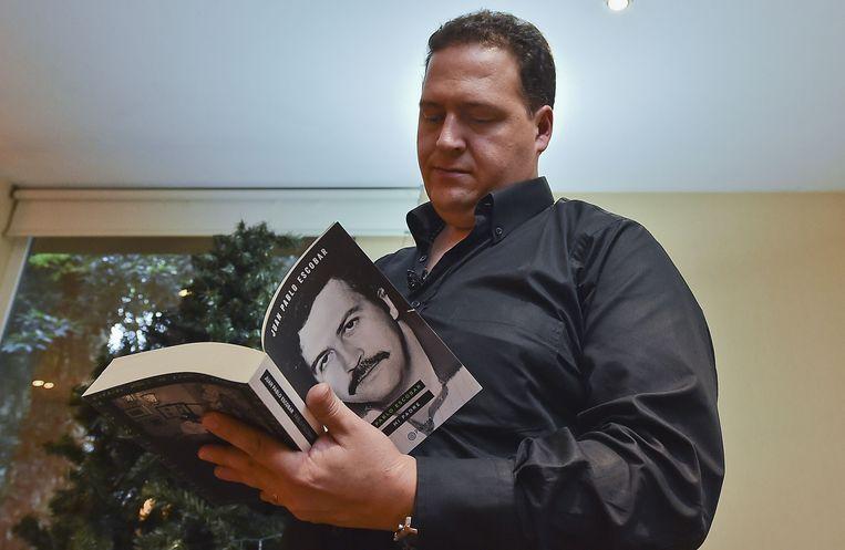 Sebastián Marroquín (vroeger: Juan Pablo Escobar) leest een boek over zijn vader, leider van het Medellín-kartel. Beeld BELGAIMAGE
