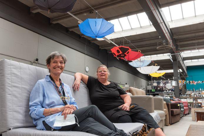 Lidy Bartels (l.) en Mieke Bleij over de opening van het kringloopcentrum op zondagen.
