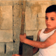 Fares (6) ging nooit naar school, maar heeft wel al veel werkervaring - en zo zijn er veel vluchtelingenkinderen