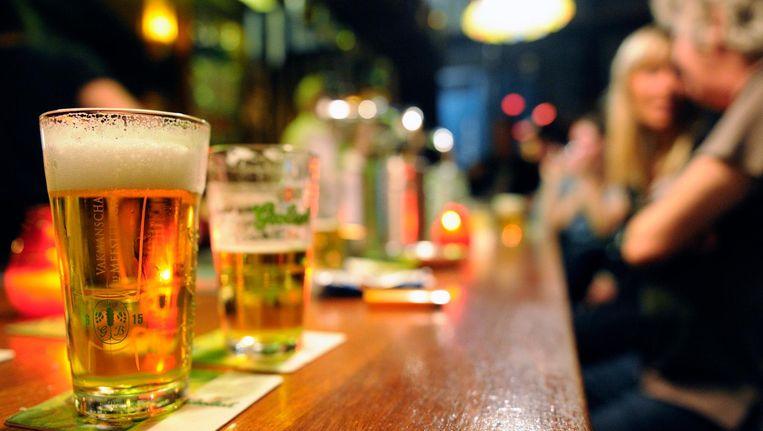Bier in een bruine kroeg in de Amsterdamse Jordaan. Beeld null