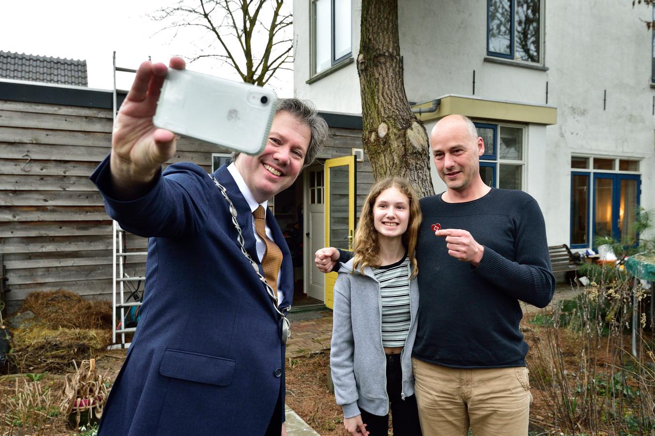 Burgemeester Danny de Vries maakt een selfie met 'held' Sjoerd Moolenaar en dochter Nora.
