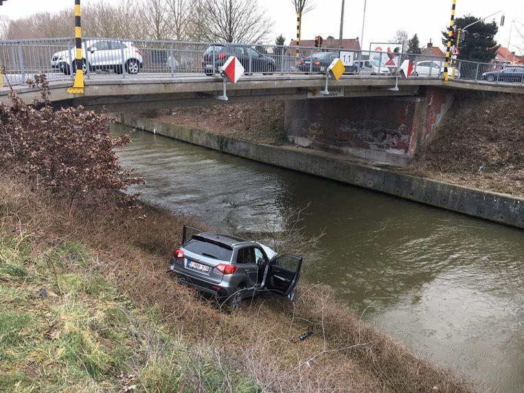De wagen belandde op de rand van de Vaart. Gelukkig hielden een boompje en een betonnen rand hem tegen.