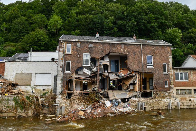 50-tal zwaar beschadigde gebouwen worden afgebroken na zware overstromingen in Pepinster. Beeld BELGA