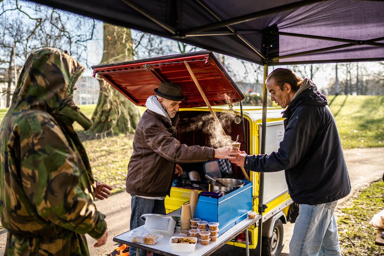 Leo de Waal staat elke zondag met zijn soepkar in het Musispark. Hij wil graag een plek hebben waar hij dak- en thuislozen de hele week op kan vangen.