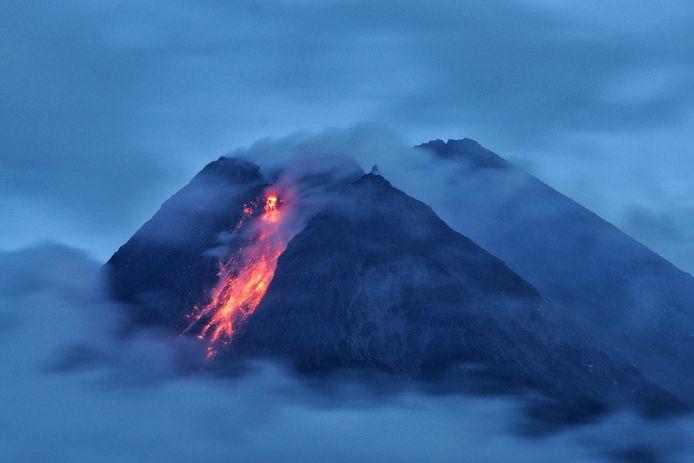De Merapi-vulkaan spuwt as en lava bij een uitbarsting.