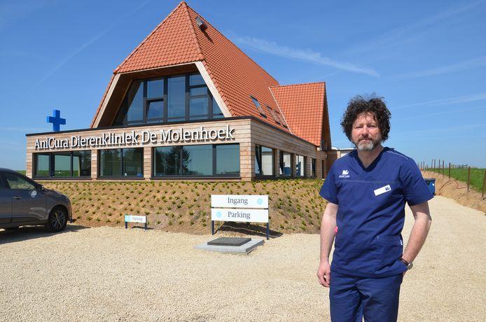 Philippe Van Vooren, dierenarts bij AniCura Dierenkliniek De Molenhoek, aan de nieuwbouw op de Brakelsesteenweg in Ninove.