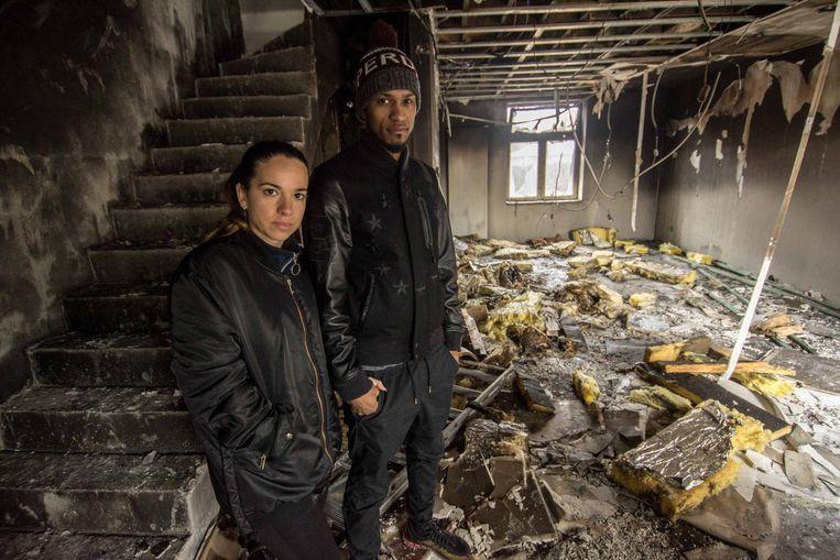 Jessica en Souris staan teneergeslagen tussen het puin in hun huis. Wat een nieuwe start had moeten worden, draaide uit op een nachtmerrie.