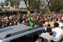 Suu Kyi zwaait naar haar aanhangers tijdens een verkiezingscampagne in 2012.