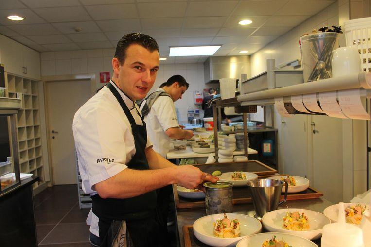 Thomas Locus in de keuken van Brasserie Julie.