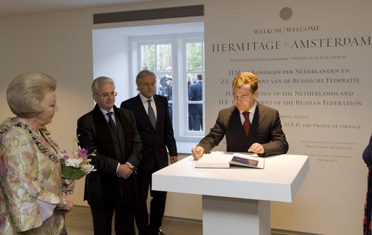 De Russische president Dmitri Medvedev tekent vrijdagavond het gastenboek bij de opening van museum de Hermitage in Amsterdam, met koningin Beatrix. Tweede van links dhr. Petrovskij (directeur Hermitage St Peterburg) en tweede van rechts Ernst Veen (directeur Hermitage Amsterdam. Foto ANP Beeld