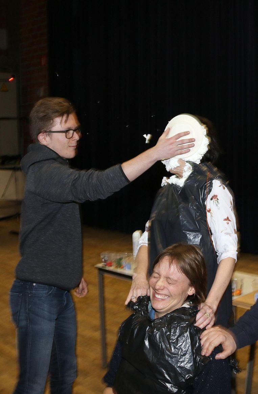 Thies Ossenblok mikt een taart vol in het gezicht van lerares Christel Heyns.