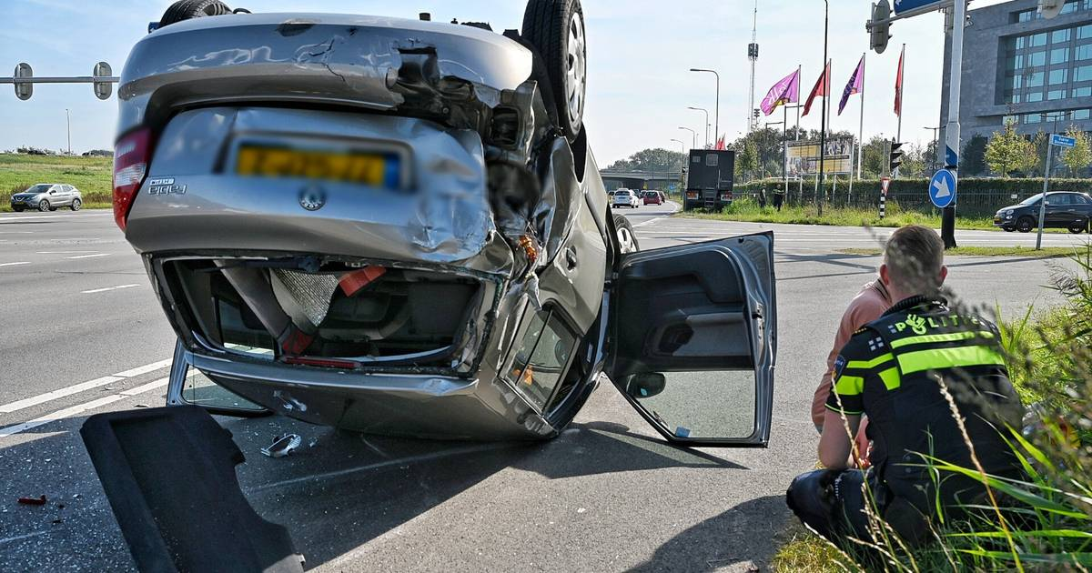 Auto slaat meerdere keren over de kop bij nieuw ongeval op Oostweg in Enschede.