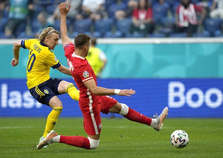Een zeldzaamheid op dit EK: Emil Forsberg zorgt in de tweede minuut tegen Polen voor een vroege openingstreffer. Beeld EPA