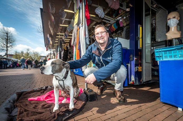 De marktkooplieden mogen weer. Kaartenverkoper Frans-Jozef de Bruijn met zijn hond Diva zijn eindelijk weer terug in Helmond.