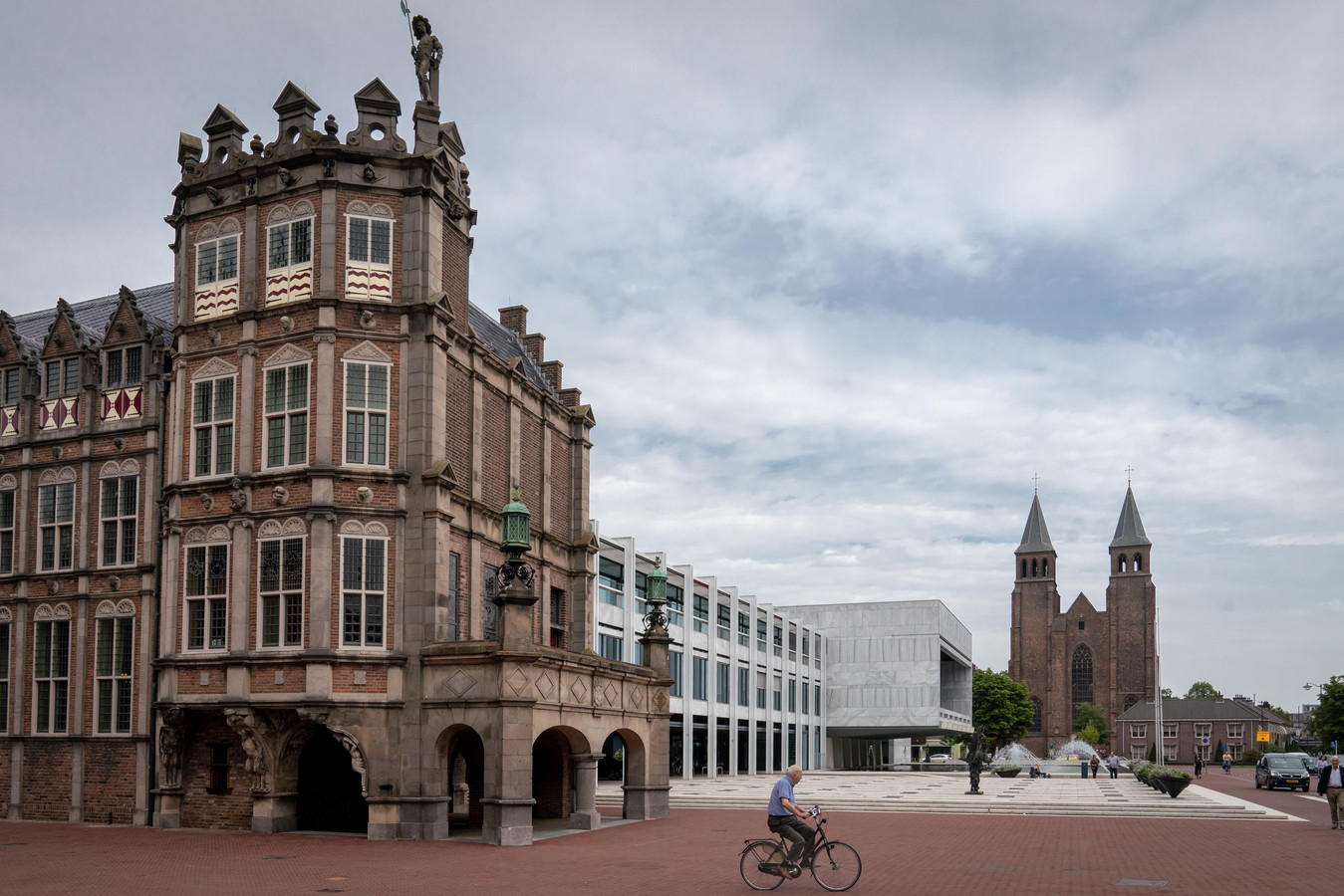 Het Duivelshuis met op de achtergrond het stadhuis van Arnhem en de Sint-Walburgiskerk.