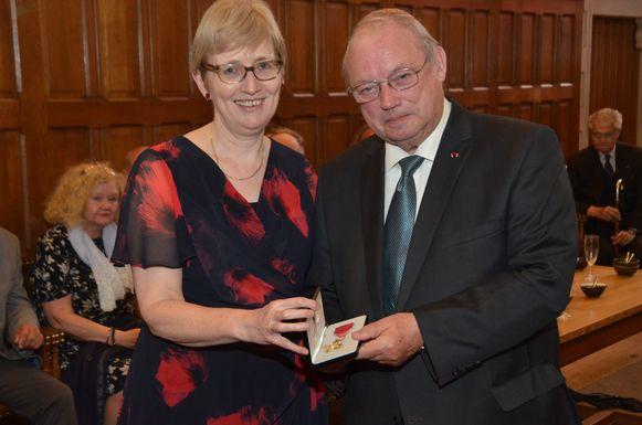 Paul Breyne krijgt een onderscheiding uit handen van de Britse ambassadrice Alison Rose