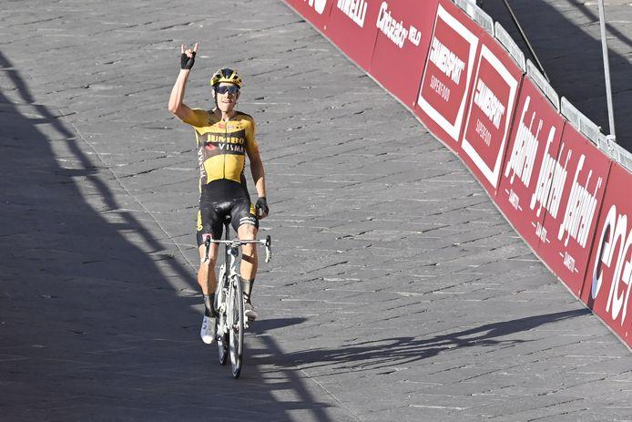 Enorme numéro de Wout Van Aert qui, avec les Strade Bianche, remporte la plus belle victoire de sa carrière sur route.