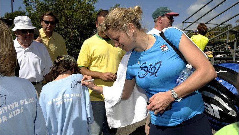 Clijsters deelde gul handtekeningen uit na de training in Miami. Beeld UNKNOWN