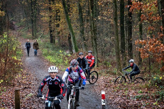 Mountainbikers afgelopen weekeinde op de nieuwe mtb-trail Rijk van Nijmegen. Ook wandelaars genieten van het bos.
