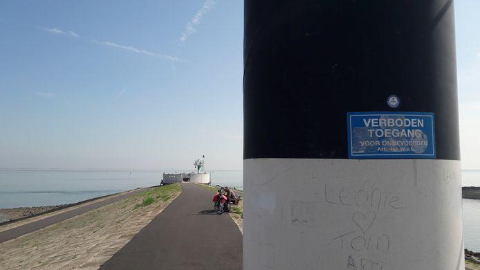 Westpier voormalige Veerhaven Terneuzen met scheepsspottersplek op de punt.