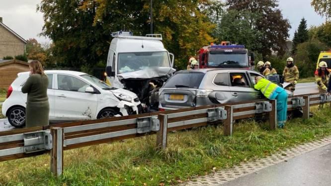 Vier auto's botsen op elkaar bij Rondweg in Uden, vrouw raakt gewond