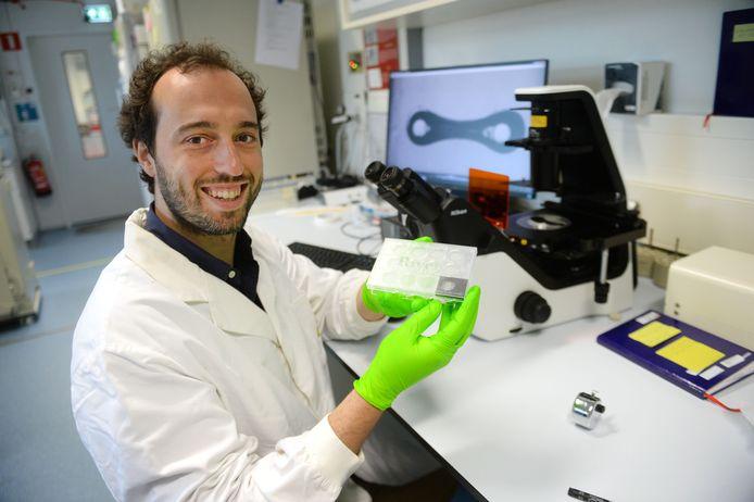 Marcelo Ribeiro van River BioMedics toont het doosje met miniatuur hart van menselijke cellen met een grootte van 6 milimeter.