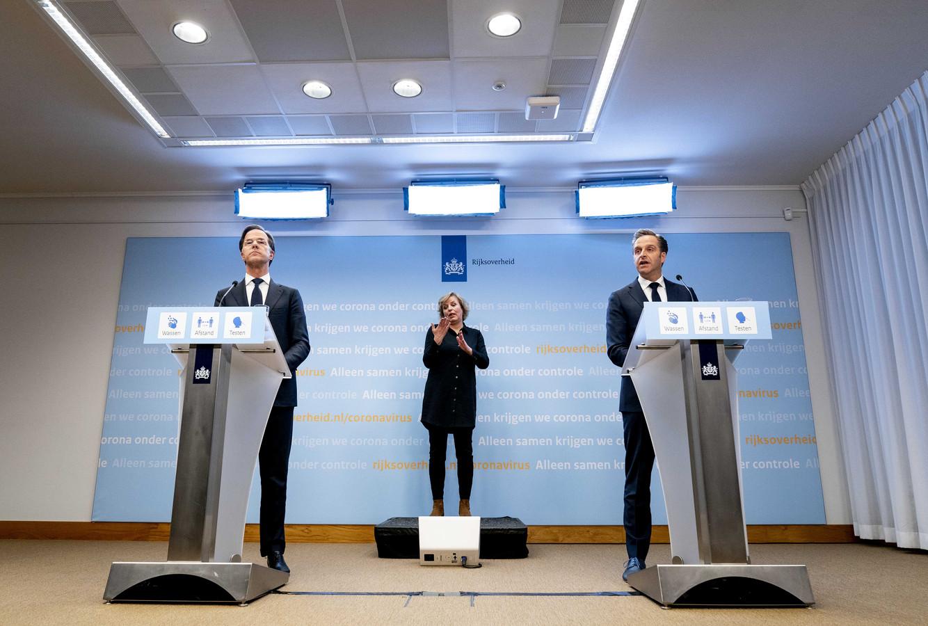 Demissionair premier Mark Rutte en demissionair minister Hugo de Jonge (Volksgezondheid, Welzijn en Sport) geven een toelichting op de coronamaatregelen.