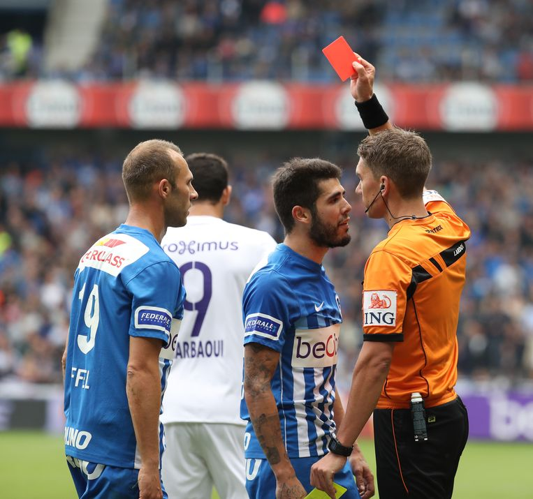 Genk's Alejandro Pozuelo receives a red card from referee Jonathan Lardot and during the Jupiler Pro League match between KRC Genk and Sporting Anderlecht, in Genk, Sunday 18 September 2016, on the seventh day of the Belgian soccer championship. BELGA PHOTO VIRGINIE LEFOUR Beeld BELGA