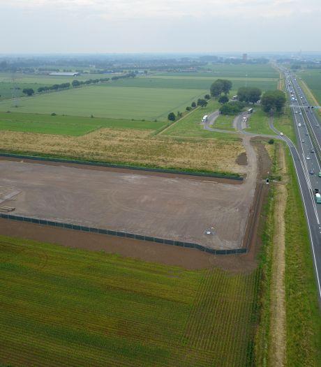 'Is de aanleg van de A15 al begonnen?' Hiervoor is dit omheinde terrein van 2 hectare langs de A12 bedoeld