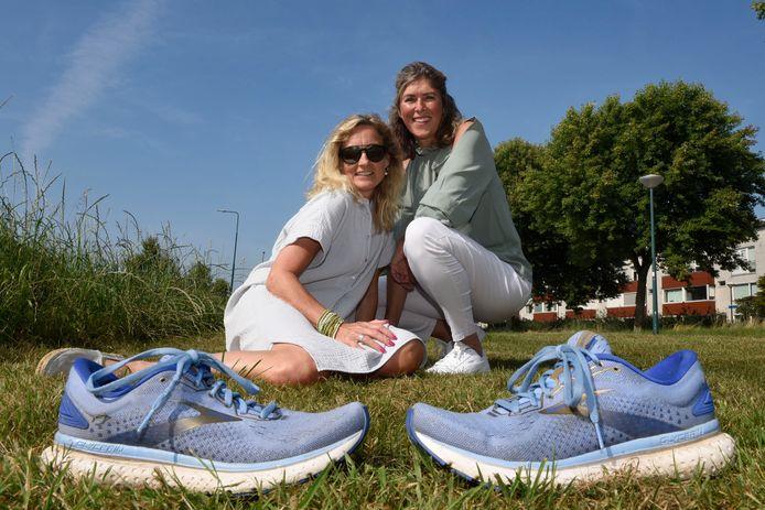 Sonja Pels (met zonnebril) ziet nog heel weinig, maar dankzij haar vriendin en hardloopmaatje Natascha van der Vlist kan ze nog steeds hardlopen.