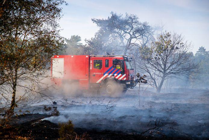 De brandweer in actie op de Elspeter heide. Afgelopen zomer woedde daar een brand.
