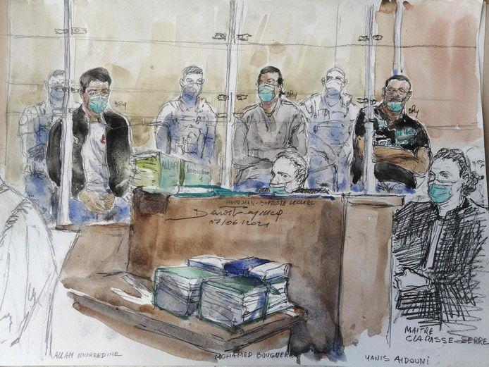 Un croquis de salle d'audience réalisé le 7 juin 2021 montre Nourredine Allam (G) l'un des quatre accusés, et son avocate Clarisse Serre (D) lors de la première audience du procès du meurtre islamiste d'un policier sur l'avenue des Champs-Élysées à la veille de l'élection présidentielle française de 2017. Nourredine Allam, 31 ans, est accusé d'avoir participé à une association de malfaiteurs terroristes.