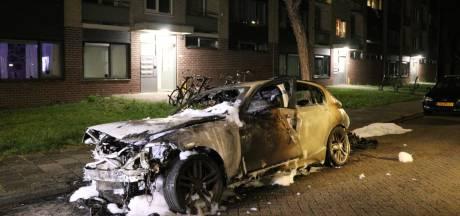 BMW brandt volledig uit in IJsselstein, getuigen horen knallen en zien man wegrennen