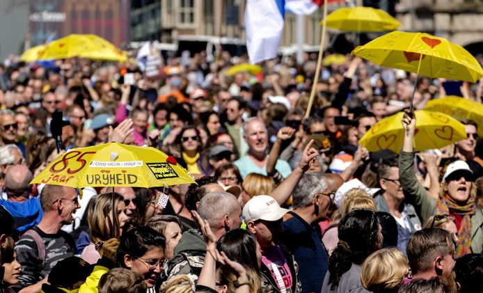  Aan afstand houden deden de demonstranten in Arnhem niet.