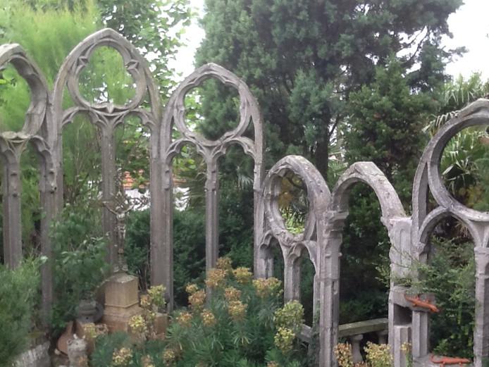 De gothische elementen uit de Middellandse Zeetuin.