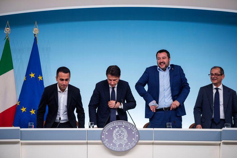 Van links naar rechts: vicepremier Luigi di Maio, premier Giuseppe Conte, vicepremier Matteo Salvini en minister van Financiën Giovanni Tria tijdens een persconferentie over de deze week ingediende begroting. Beeld Getty