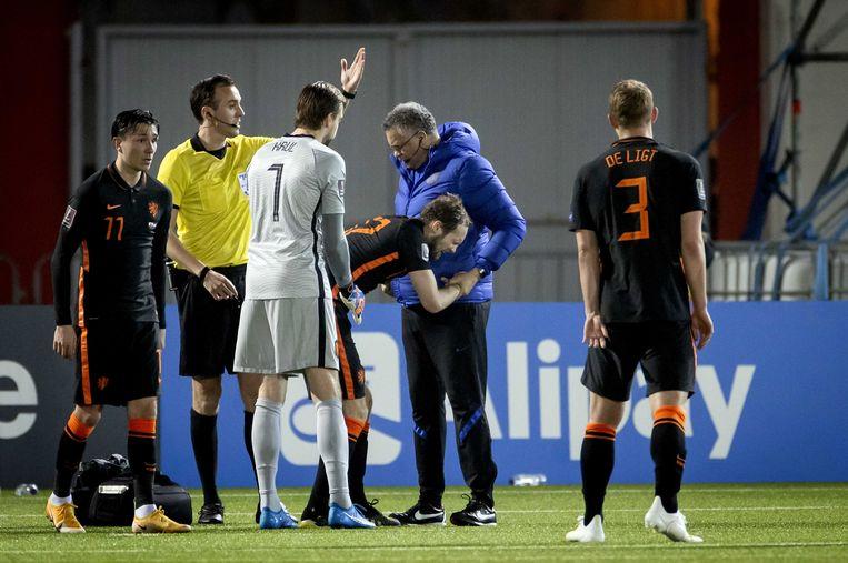Blind liep tijdens de WK-kwalificatie-interland van Oranje tegen Gibraltar (0-7) een enkelblessure op. Beeld ANP