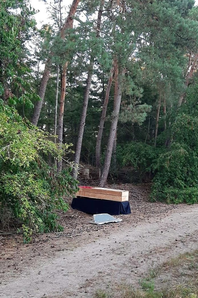 De doodskist die maandagavond door wandelaars nabij het Wit Hollandven en de Jachtlaan in Middelbeers werd aangetroffen in een bosrand.
