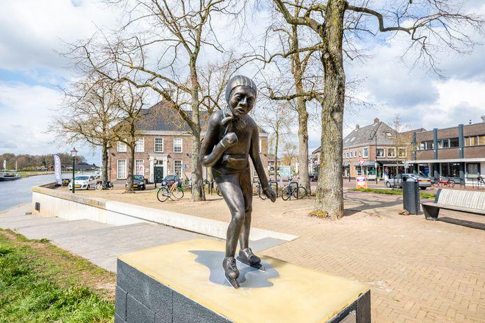 Het beeld van schaatser Reinier Paping, de oud-Ommenaar die in 1963 de Elfstedentocht won, is terug in Ommen. De nieuwe versie is wat steviger dan het oorspronkelijke beeld.