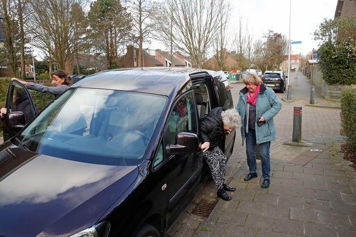 Een vrijwillige chauffeur geeft een plaatsgenoot, hier in Dirksland, een lift. (Archiefbeeld).