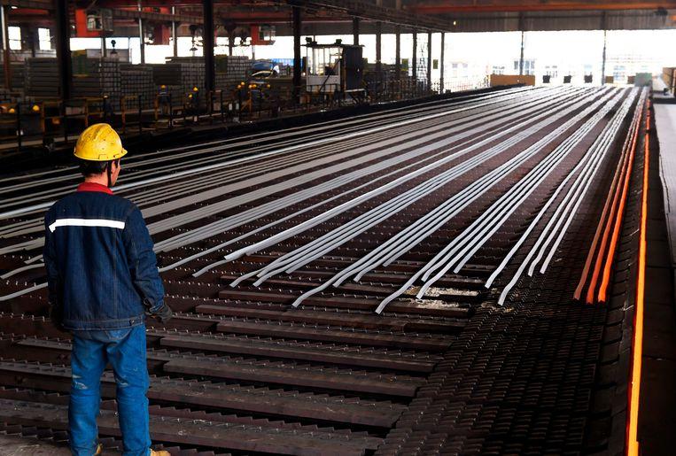 Een staalwerker in China. Het land overweegt om eigen maatregelen te nemen tegen het Amerikaanse voornemen om de importheffingen voor Chinees staal en aluminium te verhogen. Beeld AFP
