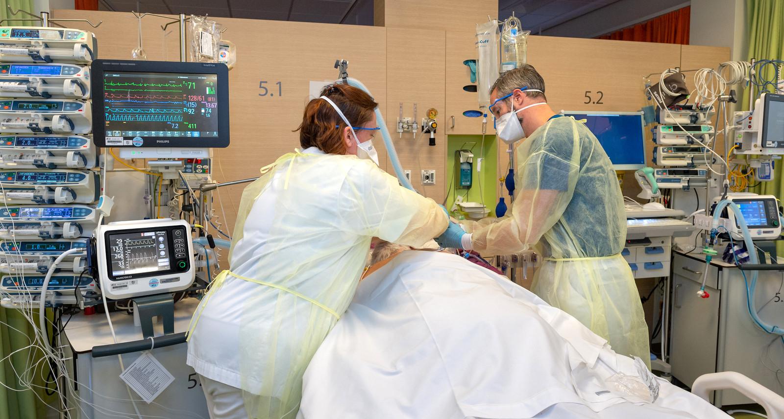 IC verpleegkundigen bezig met de verzorging van een coronapatiënt